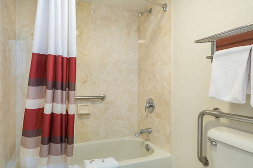 Red Roof Inn Ft Pierce - Fort Pierce - Bathroom