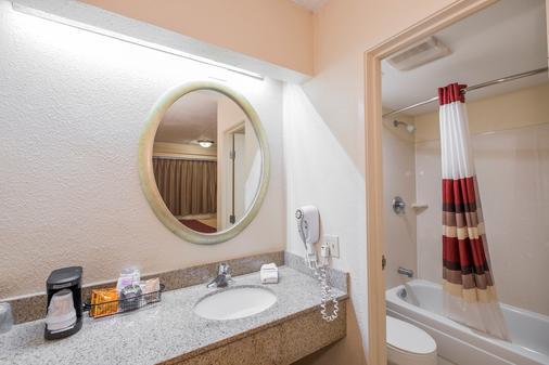 Red Roof Inn Tallahassee - University - Tallahassee - Bathroom